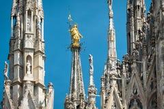 在米兰大教堂上面的Madonnina 库存照片