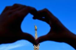 在米兰大教堂屋顶的金黄雕象  免版税库存图片