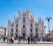 在米兰大教堂附近的游人 免版税图库摄影