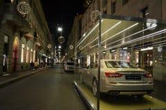 在米兰时尚街市暴露的Luxurous玛莎拉蒂汽车为圣诞节假日 库存照片