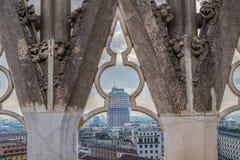 在米兰的看法从哥特式大教堂Duomo di Mi的顶端 免版税库存照片
