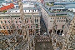 在米兰的从哥特式大教堂的顶端看法和strret 免版税库存照片