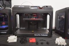 在米兰设计星期20期间, 3D在显示的打印机在Fuorisalone 免版税库存照片