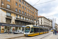 在米兰,意大利街道上的现代电车  免版税图库摄影