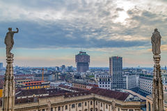 在米兰从哥特式米兰大教堂的顶端, Ital的看法 免版税库存图片