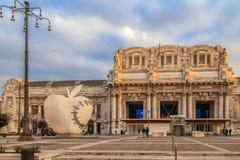 在米兰centrale火车站前面的雕塑 早晨l 免版税库存图片