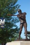 在米勒公园,密尔沃基, WI的罗宾Yount雕象 库存图片