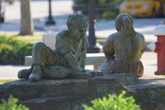 在米尔福德读儿童雕塑,NH 库存照片