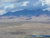 在米德湖之外的山 免版税库存图片