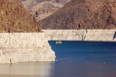 在米德湖的船风帆胡佛水坝的 库存图片