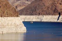 在米德湖的船风帆胡佛水坝的 图库摄影