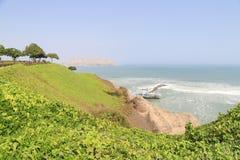在米拉弗洛雷斯区的峭壁在太平洋附近的利马秘鲁 免版税库存图片