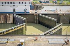 在米拉弗洛雷斯的开头门锁-入口向巴拿马运河-巴拿马城,巴拿马 免版税图库摄影