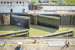 在米拉弗洛雷斯的开头门锁-入口向巴拿马运河-巴拿马城,巴拿马 免版税库存照片