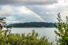 在米拉马尔伊万斯和多壳海湾,新西兰的彩虹 免版税库存图片