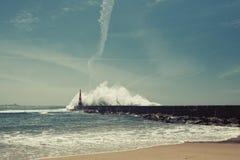 在米拉马尔海滩的灯塔,在海洋海岸的强有力的海浪 免版税库存图片
