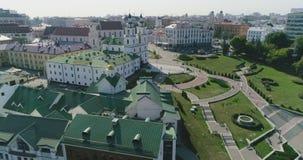 在米斯克市白俄罗斯全景都市风景住宅企业大厦的Nemiga街道,老镇,教会,早晨交通 股票录像
