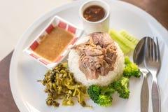 在米的被炖的猪肉腿在木桌,亚洲食物上 图库摄影