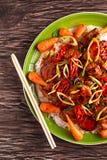 在米的Takeawy经典猪肉与油煎在稠粘的souce红萝卜,洒chillie并且反弹葱 库存图片