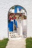 在米科诺斯岛海岛上的传统希腊建筑学 免版税图库摄影