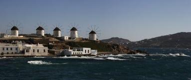 在米科诺斯岛海岛上的风车在希腊 全景 免版税库存图片