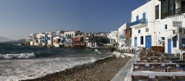 在米科诺斯岛海岛上的风车在希腊 全景 免版税库存照片