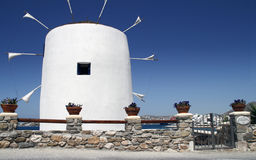 在米科诺斯岛海岛上的风车在希腊 库存照片