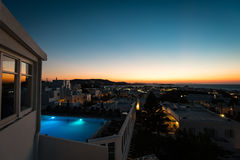 在米科诺斯岛的有启发性旅馆水池在日落以后 图库摄影