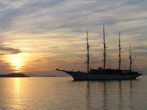 在米科诺斯岛的金子日落 图库摄影