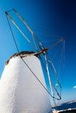 在米科诺斯岛的风车在中午 库存照片