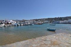 在米科诺斯岛逃出克隆岛的Chora捕鱼港口  建筑学使旅行巡航环境美化 免版税库存照片