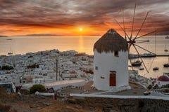 在米科诺斯岛镇,基克拉泽斯,希腊的梦想的日落 免版税图库摄影