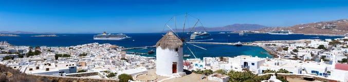 在米科诺斯岛镇,希腊的全景 免版税库存图片