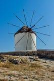 在米科诺斯岛,基克拉泽斯海岛海岛上的白色风车  免版税库存图片