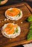 在米面包多士的熏制鲑鱼 免版税库存照片
