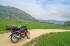 在米领域之间的摩托车 图库摄影