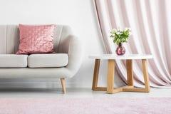 在米黄沙发的桃红色枕头 库存图片
