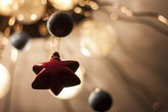 在米黄背景的红色星 圣诞节装饰生态学木 免版税库存图片