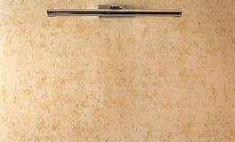 在米黄墙壁背景的灯 免版税库存照片