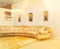 在米黄时尚内部的豪华沙发 免版税图库摄影