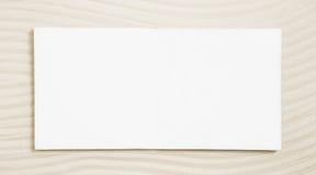 在米黄沙子背景的白色标志 免版税图库摄影