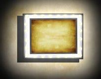 在米黄老肮脏的墙壁上的难看的东西框架 库存例证