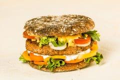 在米黄背景的开胃美国汉堡 免版税库存照片