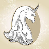在米黄背景的神话独角兽 传奇马 神话生物系列  免版税图库摄影