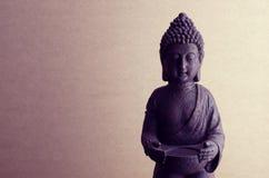 在米黄背景的菩萨雕象与设色 免版税库存照片
