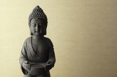 在米黄背景的菩萨雕象 免版税库存照片