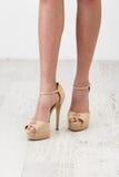 在米黄鞋子的女性腿 库存图片