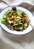 在米黄餐巾的顶上的蔬菜沙拉 免版税库存照片