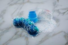 在粉末、液体胶凝体和荚的蓝色洗涤剂排序品种在洗涤的药量 库存照片