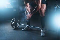 在粉末和滑石,杠铃锻炼的运动员手 免版税库存图片